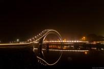 Zijaanzicht Melkwegbrug in Purmerend bij nacht. Reflexie in het water
