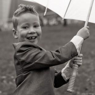 Bruidsjonkertje met paraplu