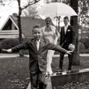 bruidsjongetje in balanceert op balk