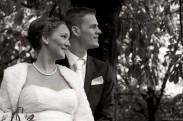 Bruidspaar kijkt naar rechts