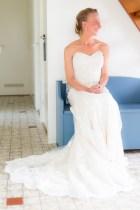 Bruid wacht op bankje tot bruidegom komt