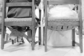 Bruidspaar zit op stoelen waarvan één kapot is