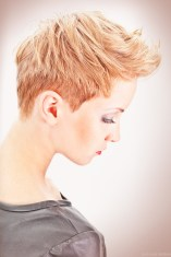 vrouwelijk model zijaanzicht van hoofd met kapsel