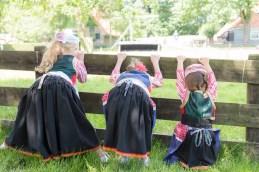 meisjes in klederdracht