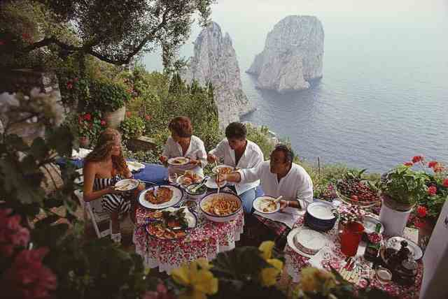 Lunch time in Capri. We're ready for it. You? ⠀⠀⠀⠀⠀⠀⠀⠀⠀ 📷by Slim Aarons  ⠀⠀⠀⠀⠀⠀⠀⠀⠀ #SoISSIMO  #ladolcevita  #capri @slimaaronsofficial