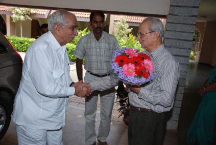 Dr. B. V. Sreekantan welcoming Shri Jaswant Singh