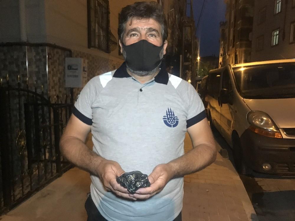 (Özel) Bakırköy'de sokakta bulduğu paranın sahibini arıyor