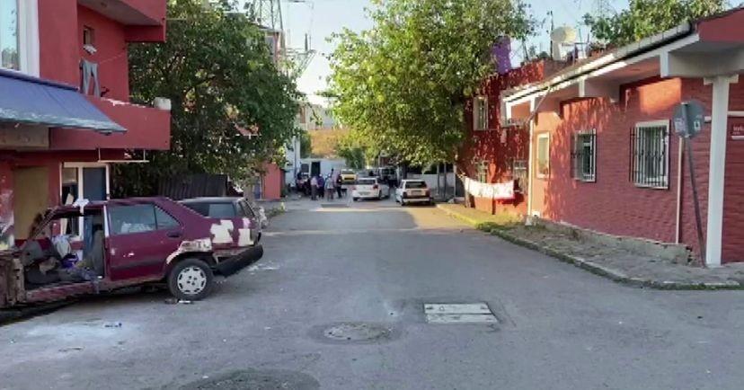 (Özel) Ataşehir'de oto tamirhanesine silahlı saldırıda baba ve oğlu yaralandı