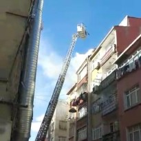 Fatih'teki çatı katı yangını mahalleliyi sokağa döktü