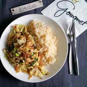 Vegane Wirsing-Hackfleisch-Pfanne mit Reis