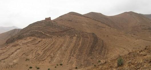 Осадочные образования в Марокко. Вся формация изогнута как единое целое, показывая, что она всё еще была гибкой (а не сухой и хрупкой), когда происходил изгиб. Это указывает на то, что подошва и кровля этой формации образовались почти одновременно