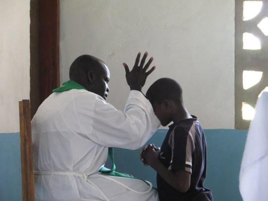 Padre Jonhtin, IVE, confessando in una capella della missione in Tanzania