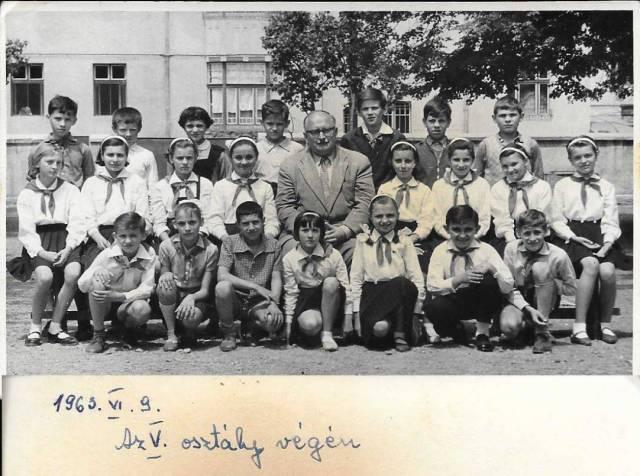 Class photo in 1963, finishing grade 5.