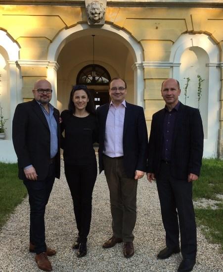 2016 májusa, Jari Vilán, az Európai Unió Európa Tanácsba delegált nagykövete, Iszkaszentgyörgy finn díszpolgára a faluba látogatott feleségével, oldalukon Ari S. Kupsus, Iszkaszentgyörgy másik finn díszpolgára, valamint Gáll Attila