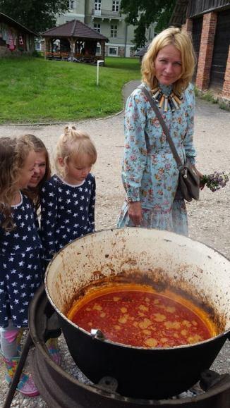 2016 augusztusa, készül az iszkaszentgyörgyi gulyás a falu észt testvértelepülésén, Köpuben