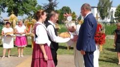 2016 augusztusa, Iszkaszentgyörgy bemutatkozása a falu lengyel testvértelepülésének, Łabuniénak aratóünnepségén, kenyérszentelés