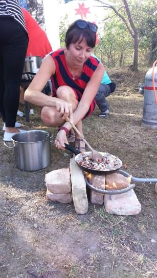 2016 szeptembere, Piret Junalainen észt nemzeti ételt főz a Somosma Napon