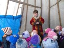 2016 február, a zirci Reguly Antal Múzeum igazgatója, Ruttkay-Miklián Eszter hanti népviseletben a hanti sátorban iszkaszentgyörgyi óvodásoknak mesél