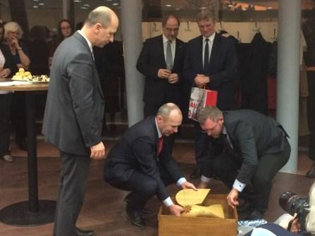 Porga Gyula, Veszprém polgármestere és Szoboszlai András, a Veszprémi Magyar-Finn Egyesület elnöke a madár átadásának pillanataiban