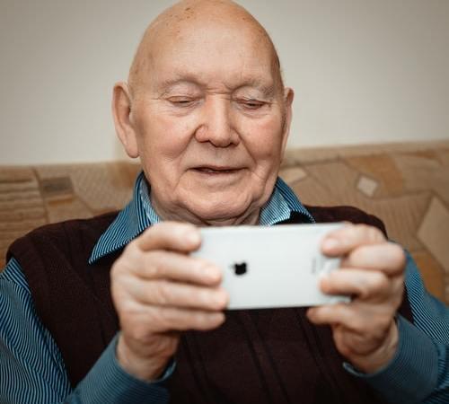 AI prioriterar och hjälper seniorer undvika bedragare
