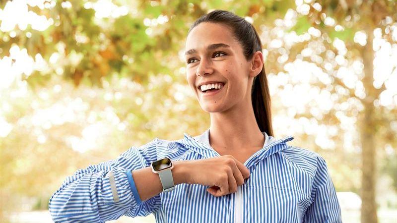 Fitbit lanserar sin nättaste smartklocka Fitbit Versa – med fokus på kvinnohälsan