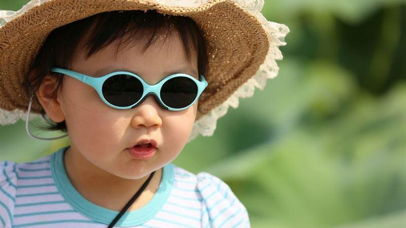 Fortsatt alarmerande siffror visar: Endast en av fyra småbarnsföräldrar skyddar sina barn med solglasögon