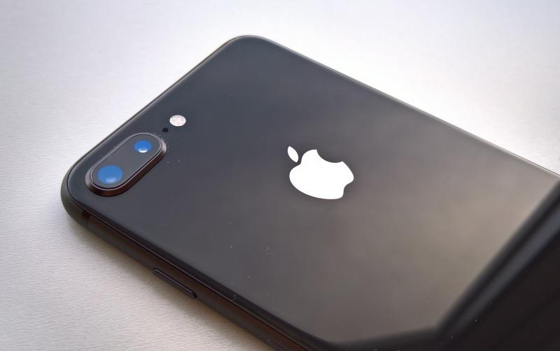 Около 100 человек всю ночь ждали начала продаж iPhone 8