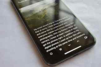 iPhone-X-Reading-in-Dark-Mode-OLED-Screen-1