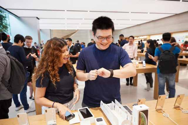 iphone-xs-apple-watch-series-4-availability_orchardrd-singapore-apple-watch-customer_09202018-1024×683
