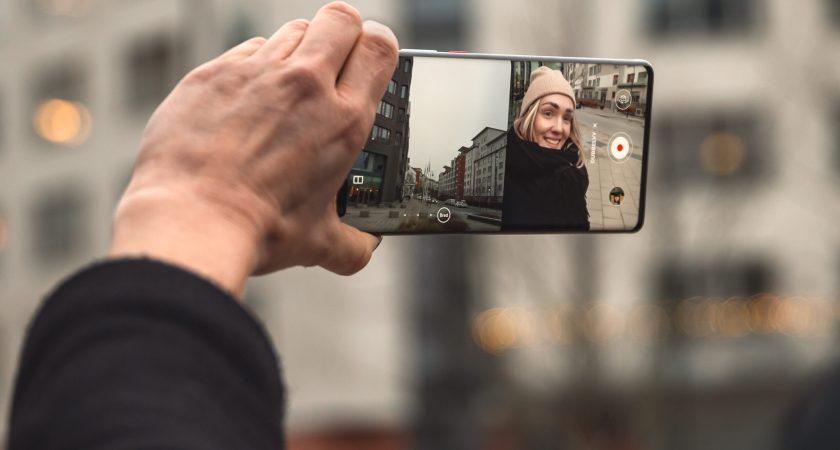 Dubbelvy fångar tomtens selfie och barnens glädje – samtidigt