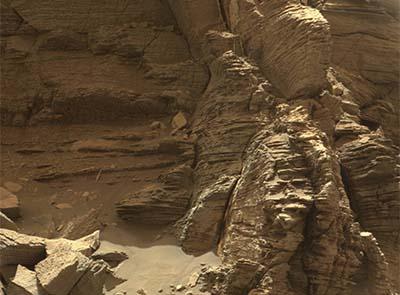 Curiosity snaps Mars vistas