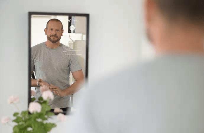 Spegel hjälper dig hålla koll på barnens skolgång – samtidigt som du borstar tänderna