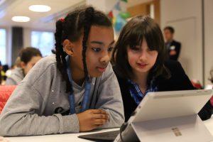 Slättgårdsskolans elever knackar kod under Hour of Code 1