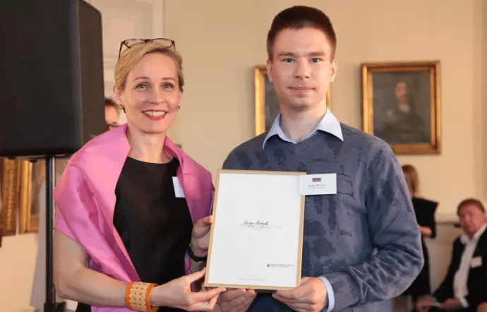 Utbytesstudenten Sergey mottar pris på Utrikesdepartementet