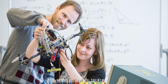 Utdelning av ABB:s Robotikstipendium vid Mälardalens högskola