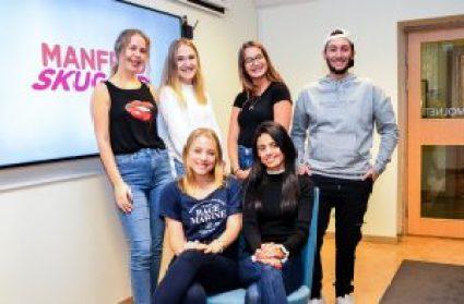 Gymnasieelever skuggas av youtubern Manfred Erlandsson 1