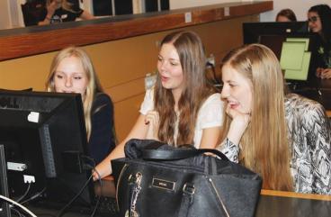 3 gymnasietjejer vid datorn på KTH.