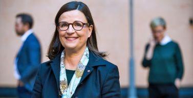 Anna Ekström tar emot utredning om skolbibliotek 2