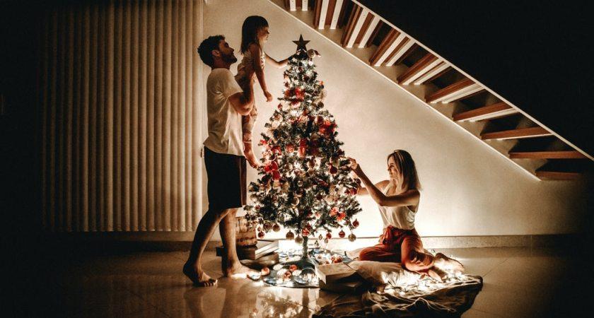 Svenskarna lägger mindre pengar men mer omtanke på julklappar i år