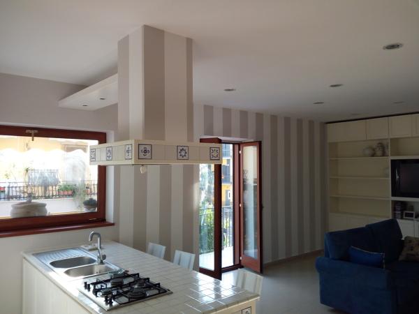 Dipingere le pareti a righe è un modo semplice per rendere una stanza più moderna e per conferirle maggiore carattere. Foto Righe Verticali Soggiorno Cucina Di Servitra 566599 Habitissimo