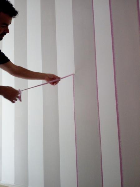 Un'idea originale per personalizzare casa è imbiancare a strisce le pareti di bagno, cucina e ingresso. Foto Righe Verticali Soggiorno Cucina Di Servitra 566610 Habitissimo