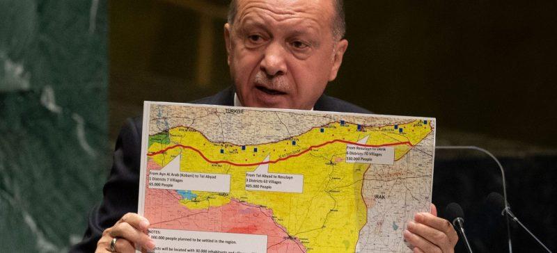 Il premier turco Erdogan mostra la cartina con la zona del Rojava in cui vuole reinsediare i profughi siriani