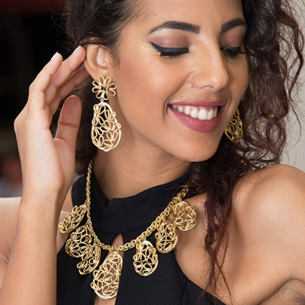 Necklace and earrings in yellow gold