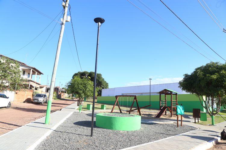 Prefeita entrega Praça de Floresta e visita outras obras