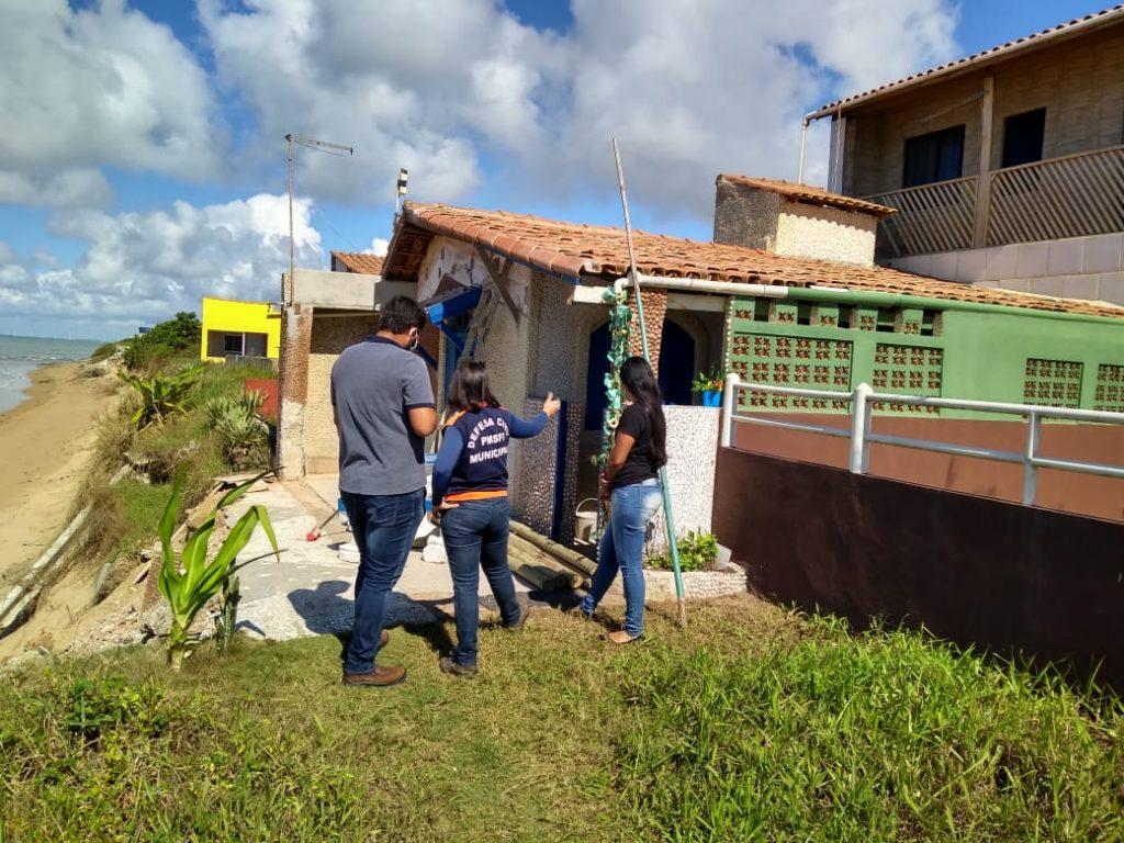 Defesa Civil e Planejamento vistoriam casas em Manguinhos