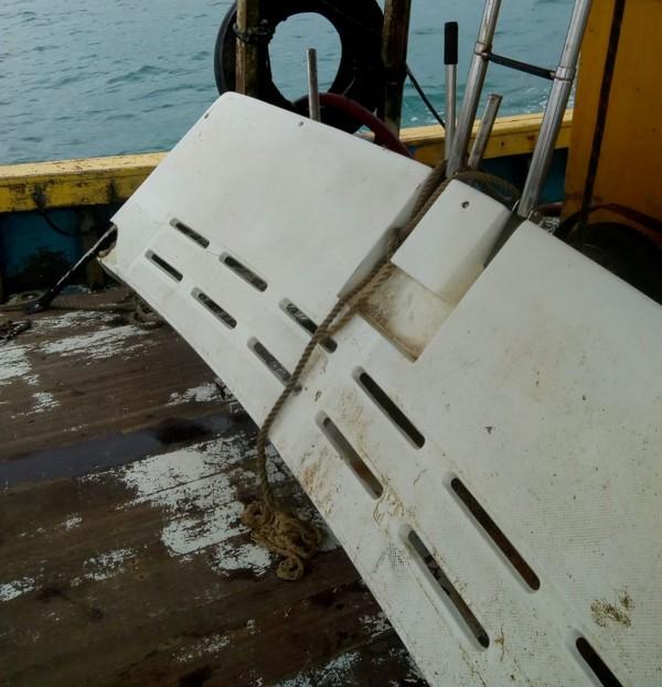 Destroço que pode ser de lancha desaparecida com cinco tripulantes é encontrado no litoral do RJ