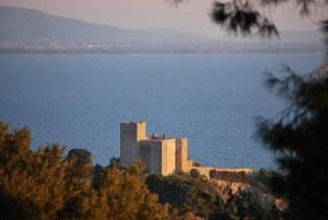 La rocca di Talamone affacciata sul Mar Tirreno: di fronte, il promontorio dell'Argentario
