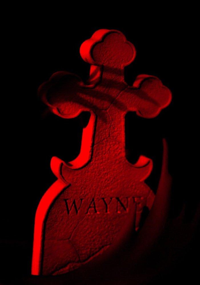 mondo-batman-red-rain-statue-016