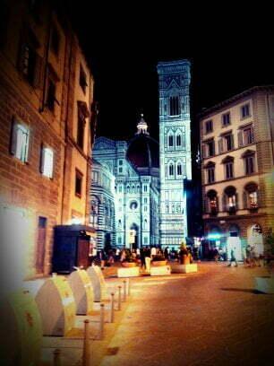 il duomo che spunta da una via a Firenze