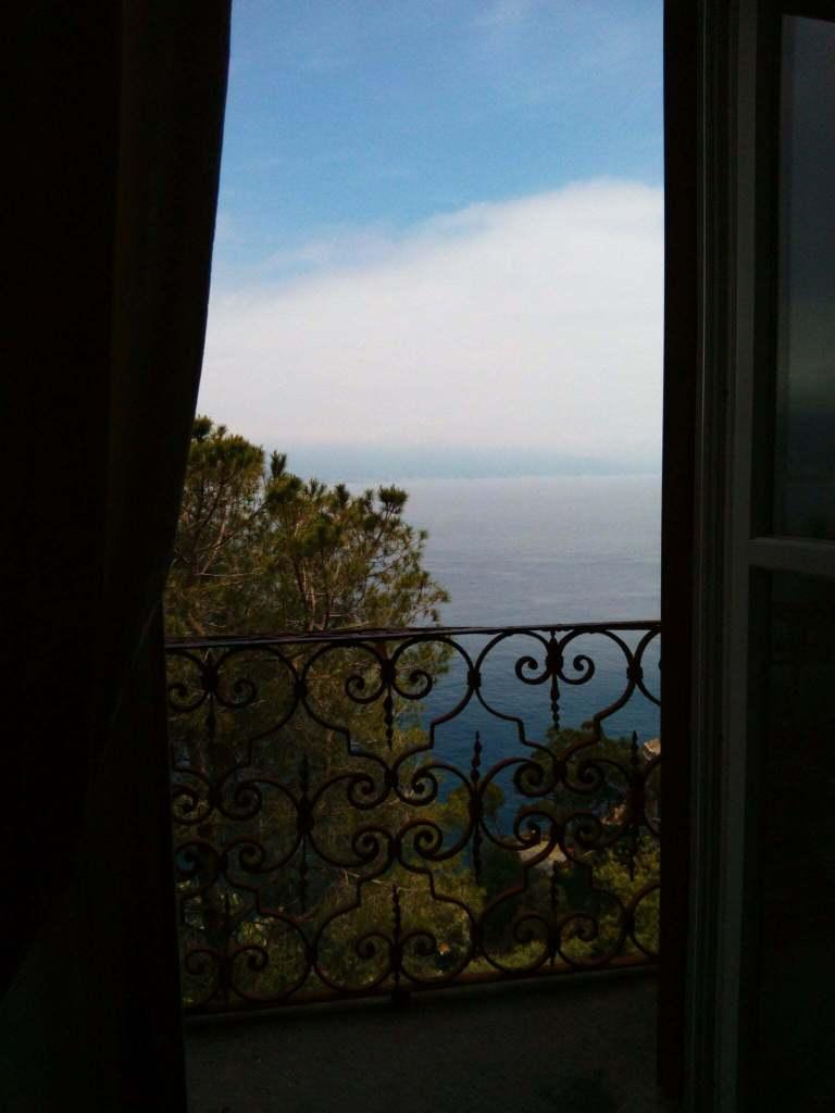 il mare a Portofino da una finestra del castello di Brown